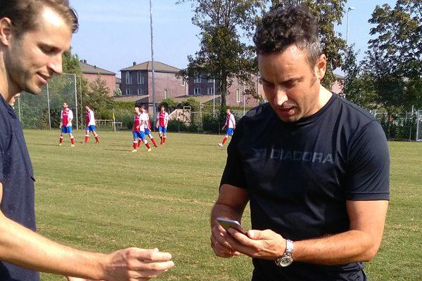 Grote vrijheid, maar ook grote betrokkenheid! Harry en Bart van Sportlink waren de hele dag van de partij. Hier laat Bart van Sportlink de scheidsrechter zien hoe hij (voor de film) gebruik kan maken van de app.